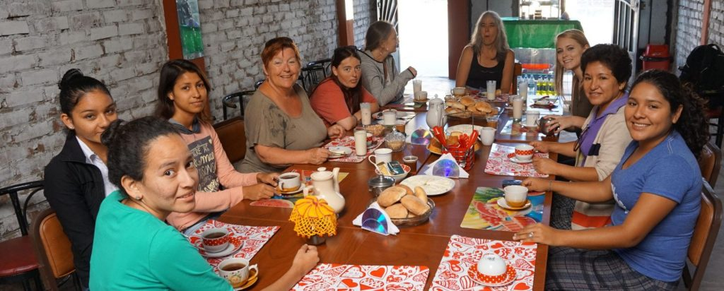 Peruvians and Canadians eat and share in solidarity together